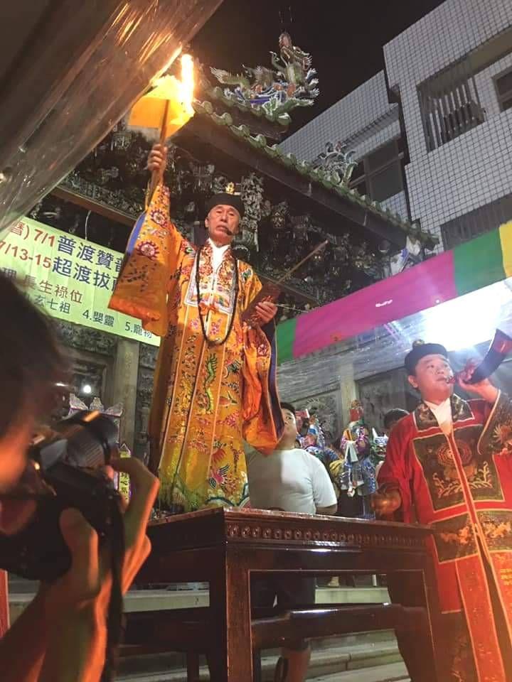 嘉義城隍廟舉辦「淨爐除穢」儀式,由法師首度開放民眾參與,吸引數百人前往除厄運,保...