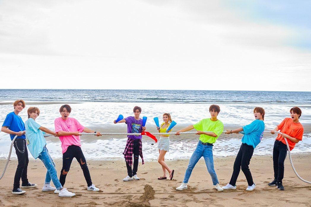 小豬(左四)、愷樂(右四)跟C.T.O開心拍攝MV。圖/環球提供