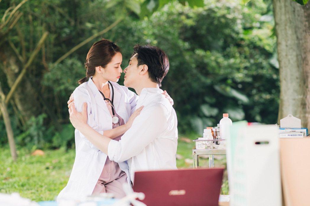 葉星辰(左)和謝佳見拍吻戲  圖/東森提供