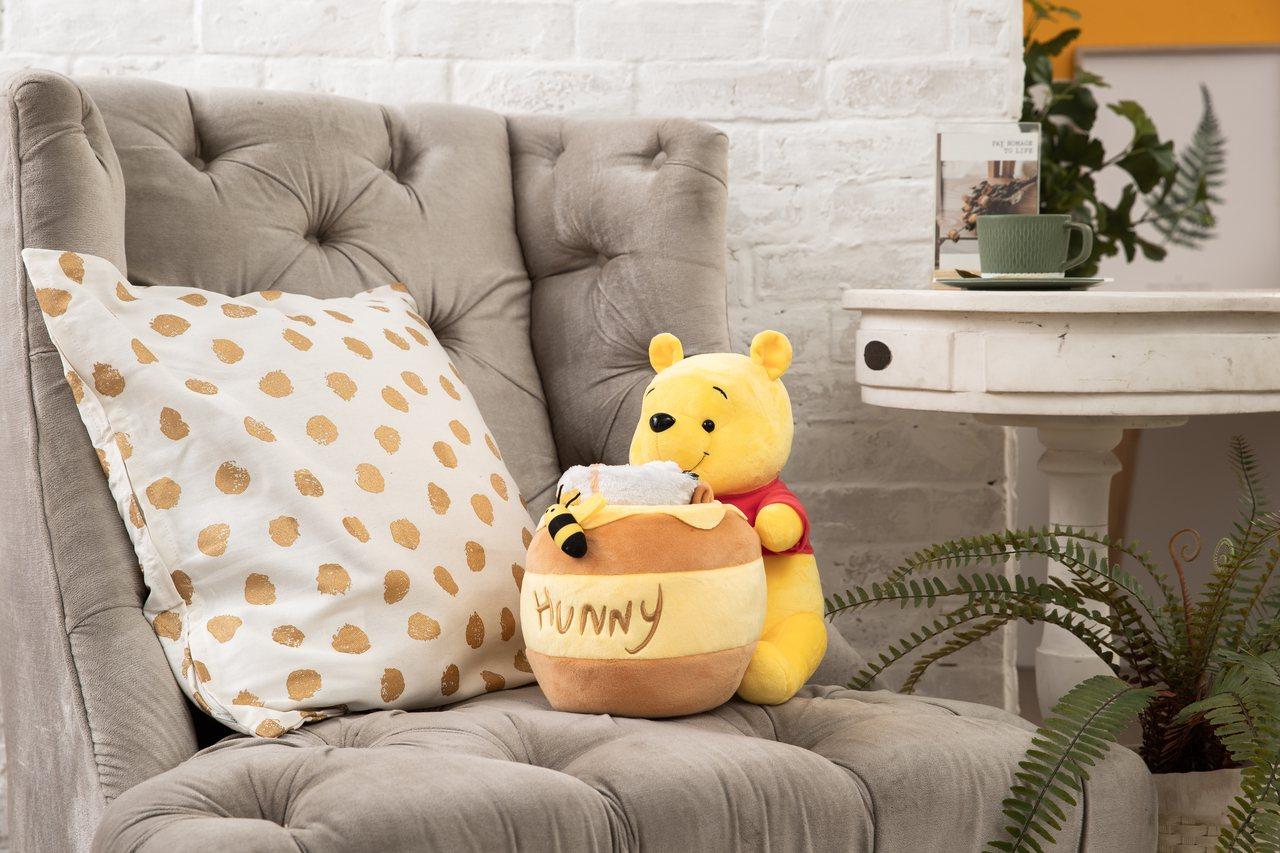 康是美9月4日至10月1日第四波推出維尼造型蜂蜜罐裡有毛毯,建議售價1,699元...