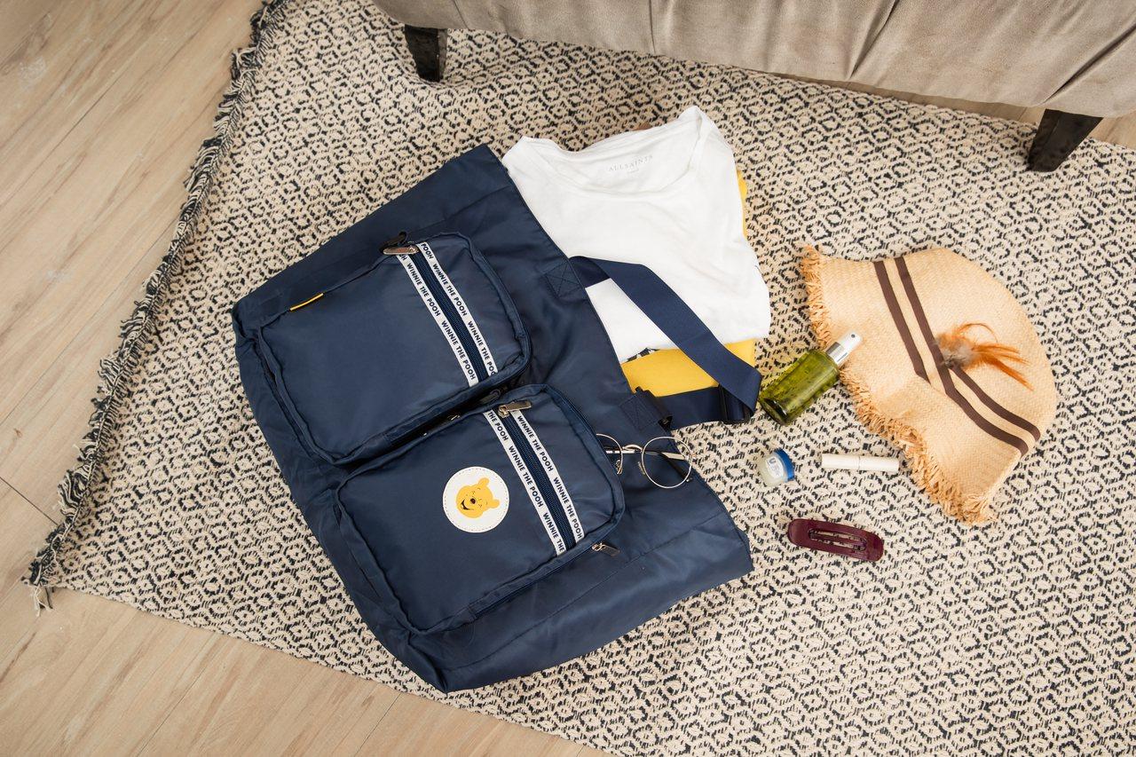 康是美8月7日至8月13日首波推出維尼系列百變旅行袋,可收納為小巧的斜背包,展開...