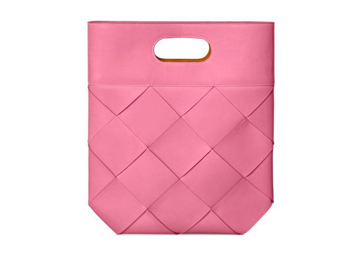 The Slip寬編織小牛皮手提包,77,100元。圖/Bottega Vene...