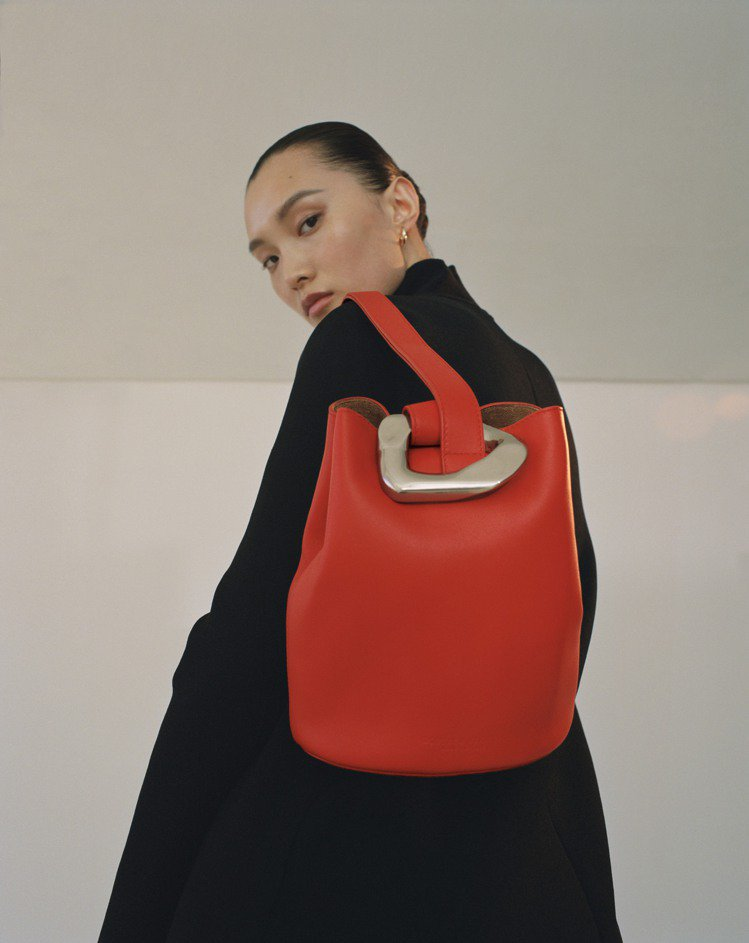 早秋系列The Drop水桶包採用超大號單一鏈圈打造包扣設計,呼應本季珠寶新品中...