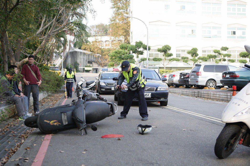 民眾遇車禍可先做車輪定位並拍照,新北警方自今年8月1日起有新作法,在處理員警趕抵...