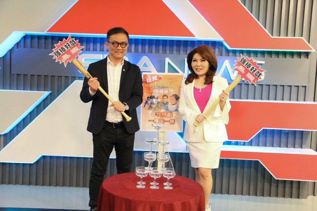 年代主播張雅琴(右)和年代董事長特助陳斯維一起為「老有所依」慶功  圖/年代提供