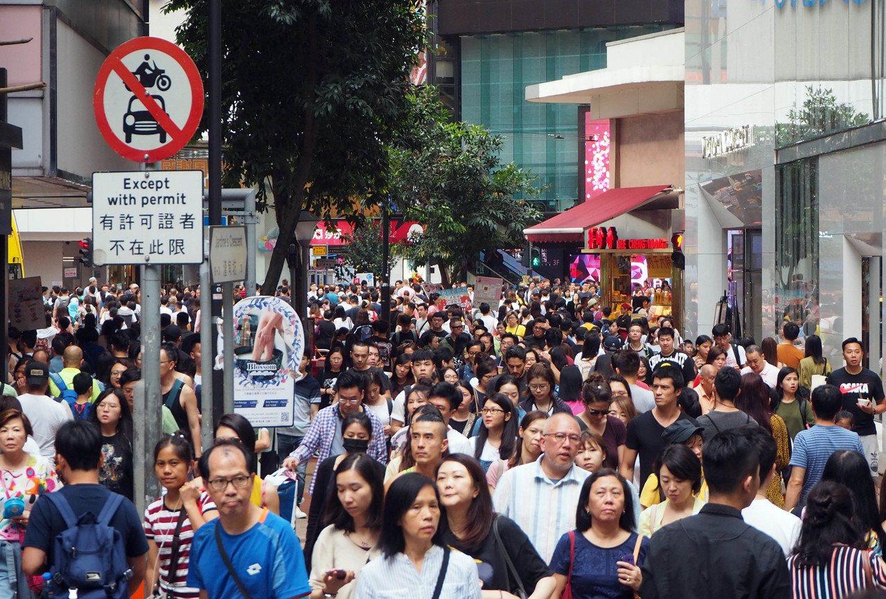 香港六月示威衝突不斷,導致旅遊、消費下跌明顯。(香港中通社)