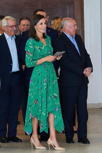西班牙王后萊蒂西亞身穿maje 2019春夏綠色碎花長洋裝出席活動。圖/maje...