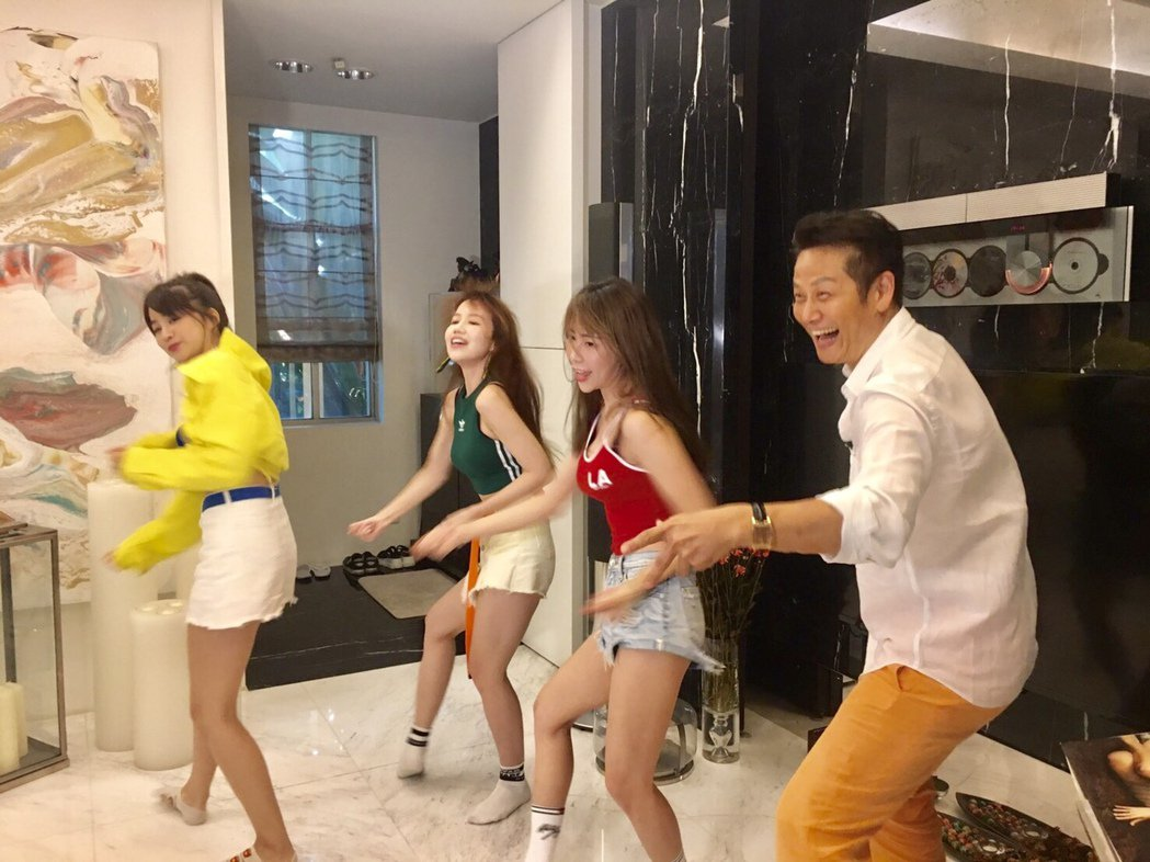 徐乃麟(右一)直播中和伊梓帆一起開心熱舞。圖/17Media提供