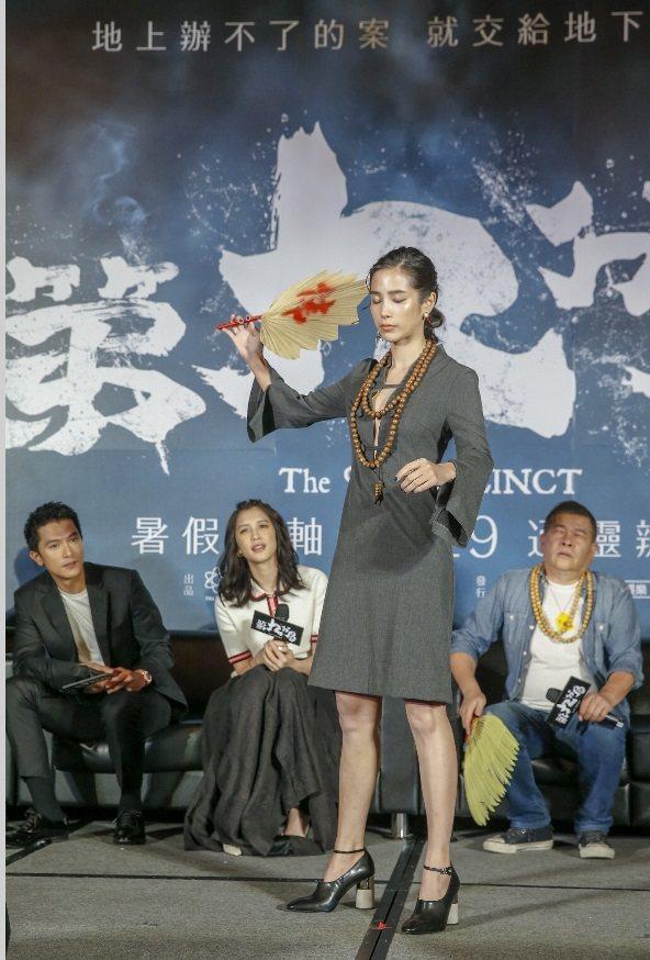 溫貞菱表演被濟公活佛附身的神態。記者鄭超文/攝影