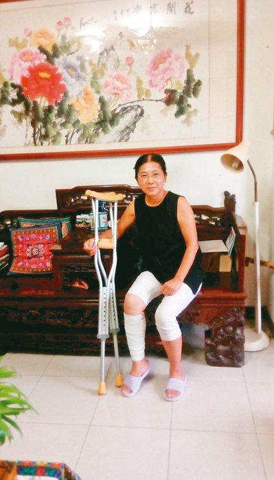 回家後,找出公公生前坐的輪椅和ㄇ型拐杖,度過半年「殘障人生」,自立自強、遺世獨立...