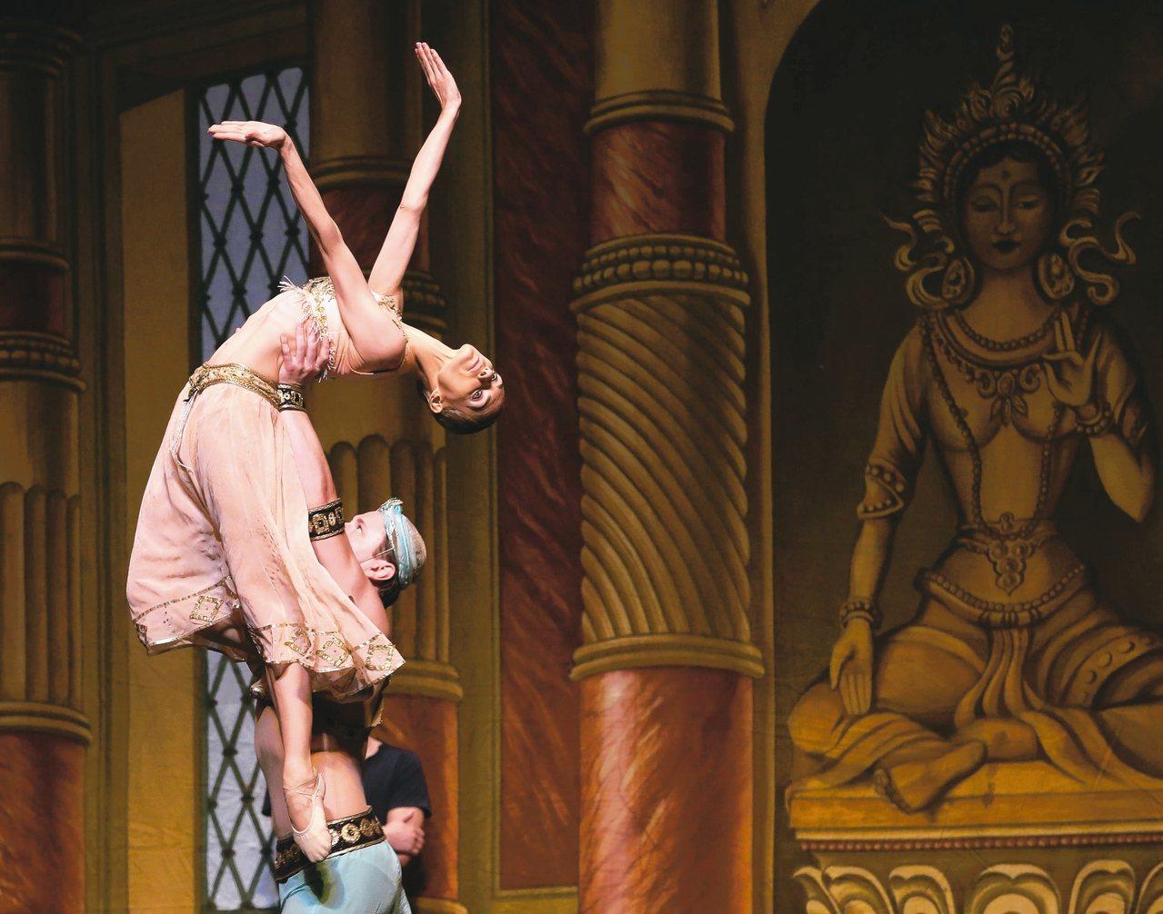聖彼得堡芭蕾舞團昨在台北演出「舞姬」。圖為演出前彩排。 記者林澔一/攝影