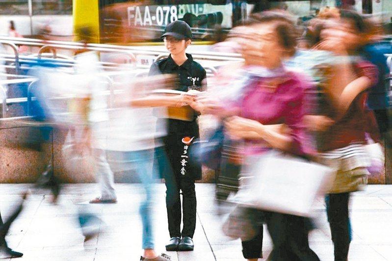 勞動部8月中將召開基本工資審議委員會,針對前行政院長陳沖今(5)日喊話,要勞動部調整基本工資前應先有基本功夫。 圖/聯合報系資料照片