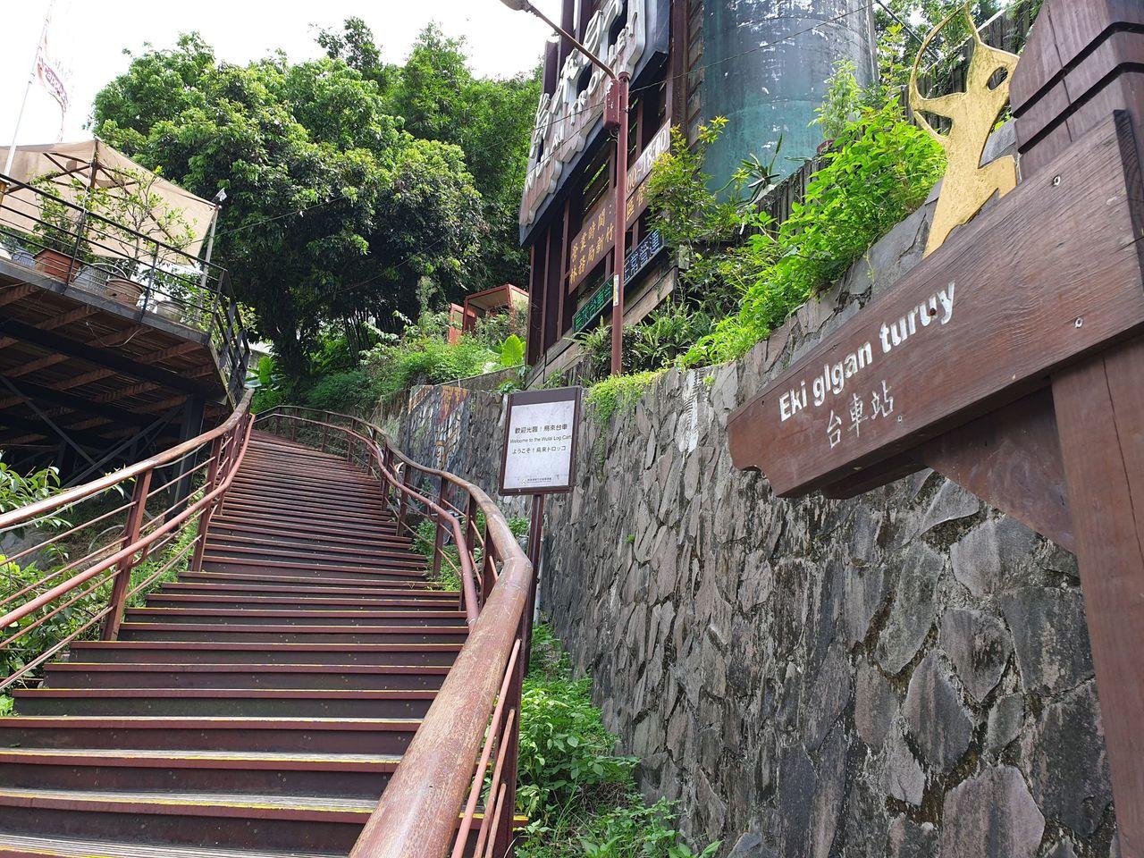 烏來台車入口處就位於烏來老街旁,需走一段階梯才能到達。記者胡瑞玲/攝影