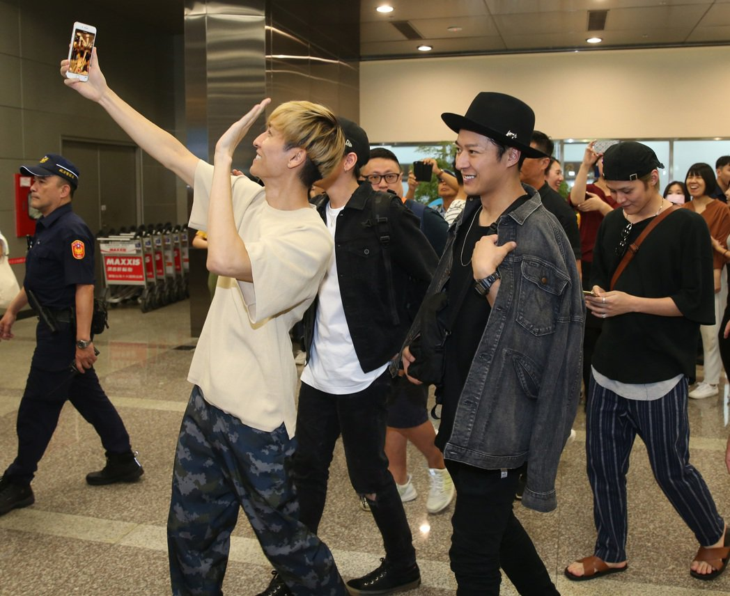 w-inds和Lead抵達松山機場,吸引很多紛絲追逐。記者曾吉松/攝影