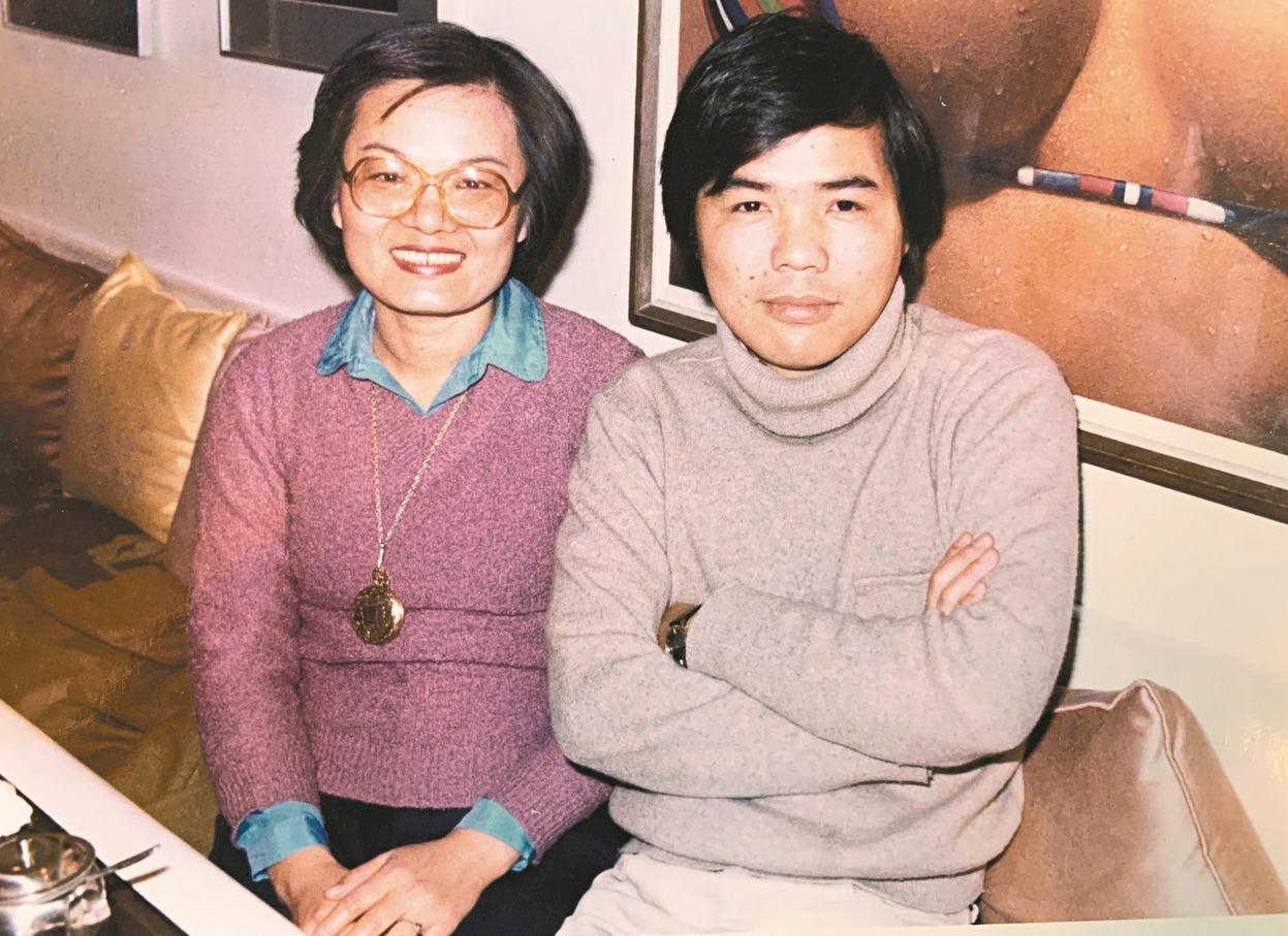 1980年,季季(左)與陳雨航留影於台北市東區某咖啡館。(圖/陳雨航提供)