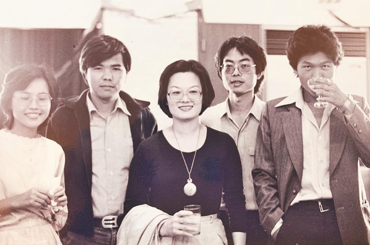1980年,在聯合報大樓參加聯合報小說獎頒獎典禮,文友合影。左起:彭碧玉、陳雨航...