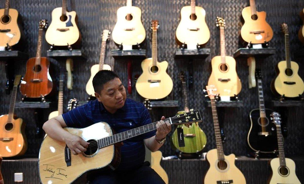 鄭傳玖兄弟倆創立了「神曲樂器」,是正安返鄉創業潮的典型。 圖/摘自網路