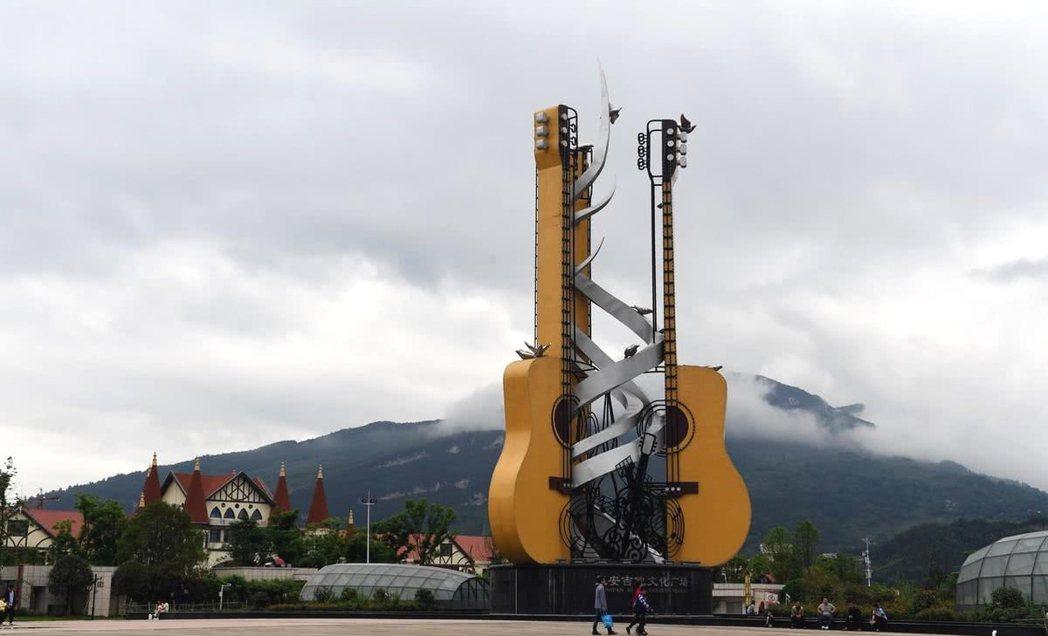 正安縣裡吉他元素無處不在,圖為吉他廣場上佇立的巨大吉他雕像。 圖/摘自網路