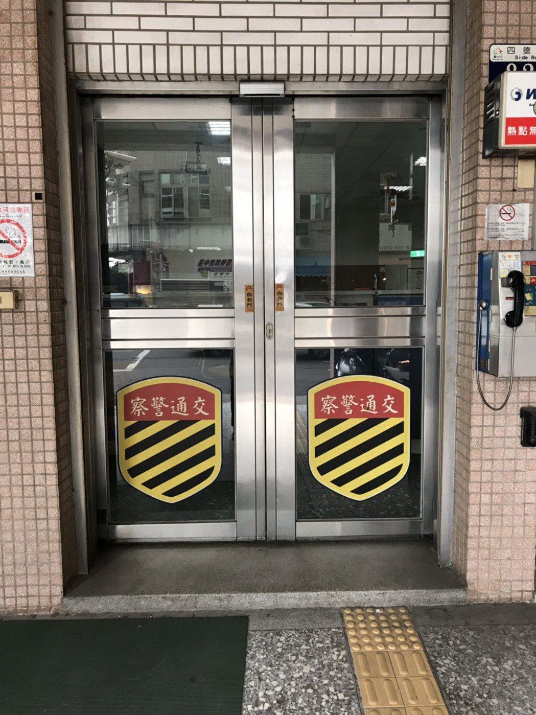 台中市霧峰警分局交通分隊曾發生凌晨2點,自動門連續2個禮拜無故開啟的狀況。 記者...
