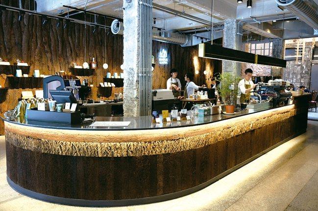 大型的環狀吧檯,讓咖啡師更有機會與顧客產生互動。 記者黃仕揚/攝影