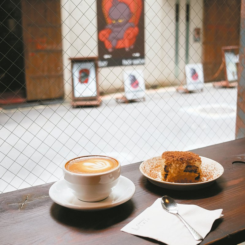 COFFEE FLAIR 位於台北晴光市場旁的個性小店,店主曾是吳則霖在世界冠軍咖啡師大賽時的得力助手,以自家烘焙的各式咖啡飲品為主,相當適合對於咖啡有初步了解的愛好者。 記者黃仕揚/攝影