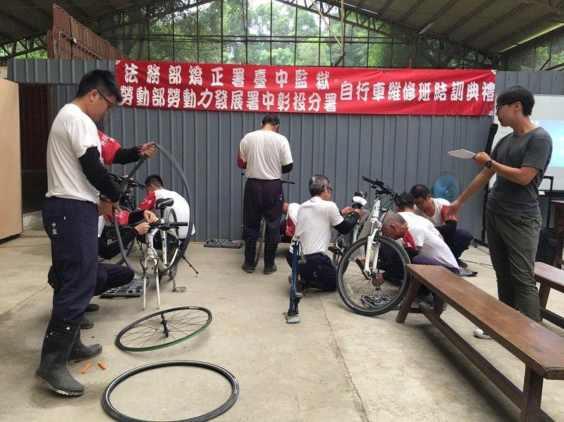 自行車維修班結訓典禮上驗收訓練成果。 嶺東科大/提供
