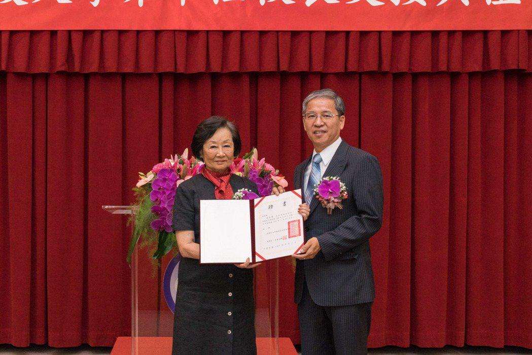 由中國科大董事長上官永欽(左)頒發,新任校長唐彥博聘書。 中國科大/提供。
