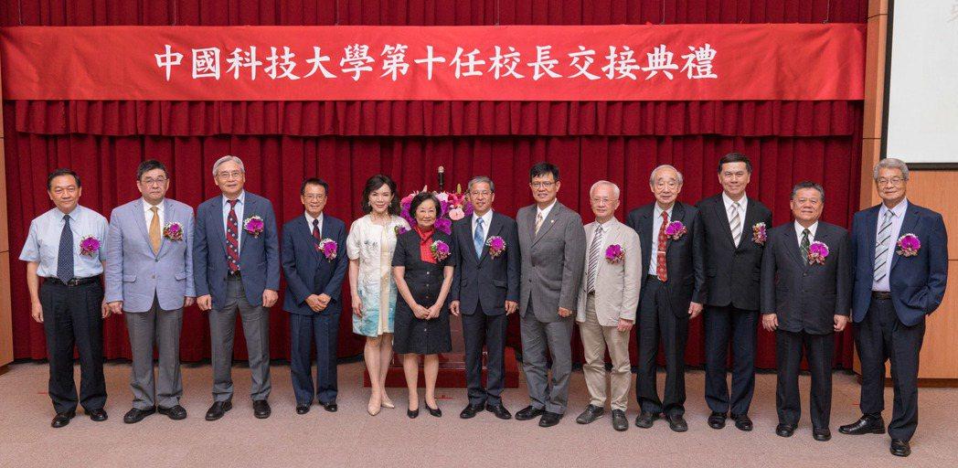 中國科技大學昨(1)日舉行校長交接暨就職典禮,現場貴賓合影。 中國科大/提供。