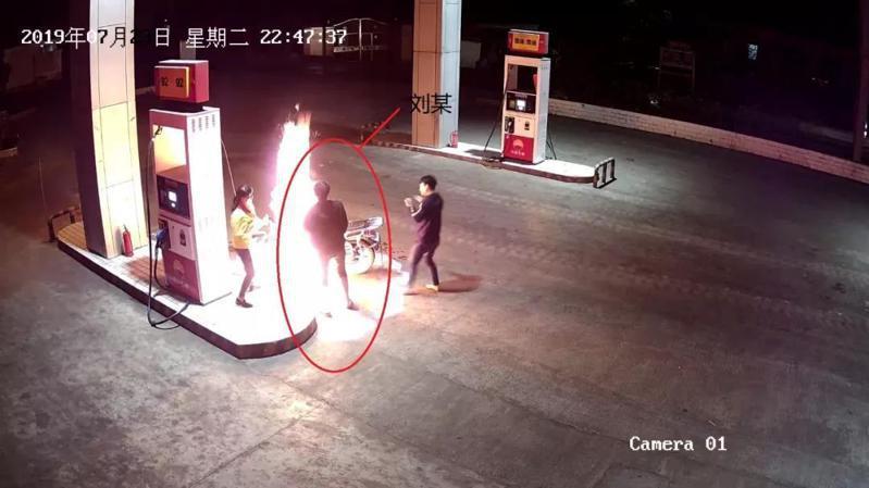 中國一位男子調戲加油站女員工不成,竟拿出打火機點燃在加油的機車。圖擷自麒麟警方微信