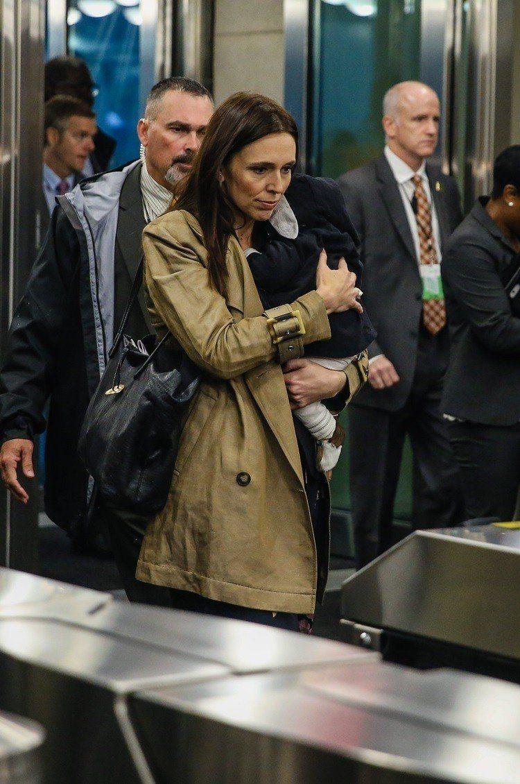 阿爾登帶著三個月大的女兒到聯合國大會開會。圖/達志影像