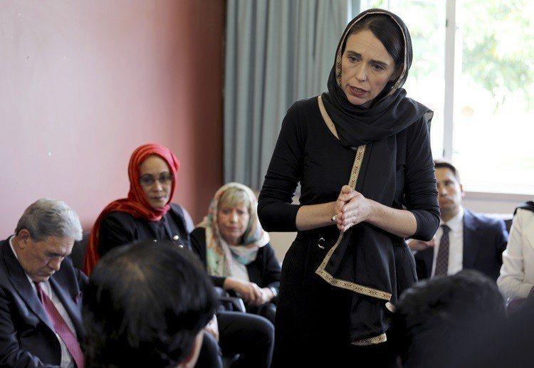 阿爾登在槍擊案後戴上穆斯林頭巾慰問家屬。圖/美聯社