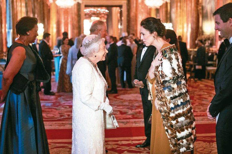 阿爾登穿上毛利族象徵領袖的斗篷拜會英國女王伊莉莎白二世。圖/美聯社