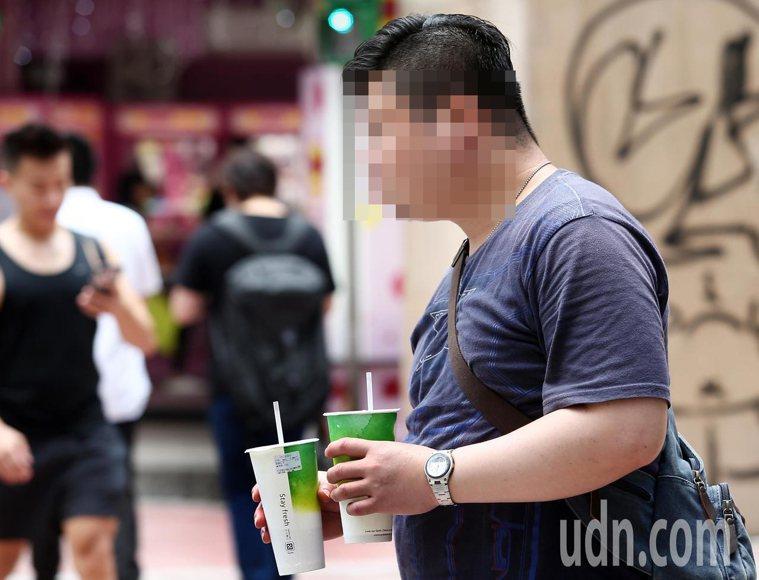 夏天喝冷飲切勿喝的太快太急,圖非當事人。報系資料照
