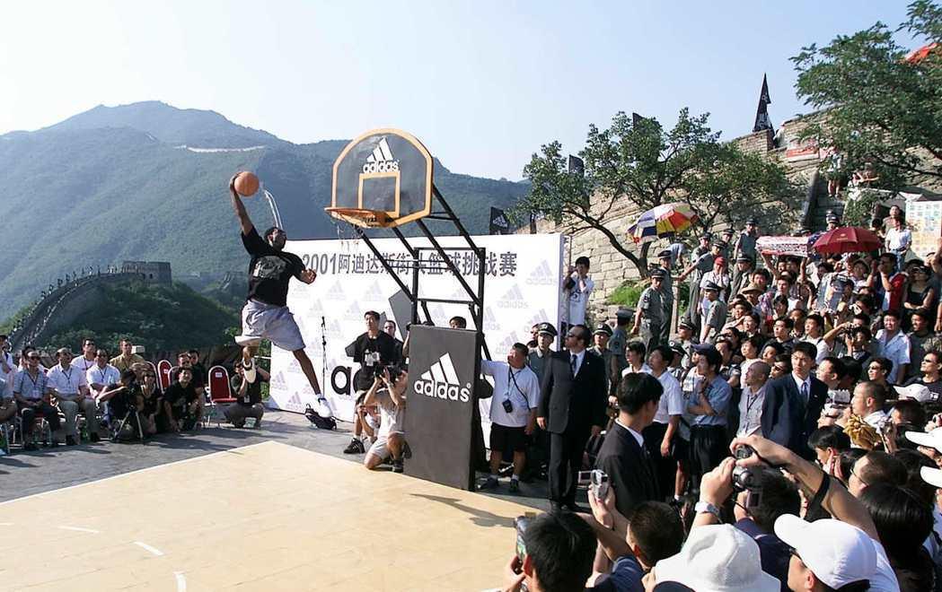 2001年NBA球星 Kobe Bryant 在長城上灌籃。 圖/路透社