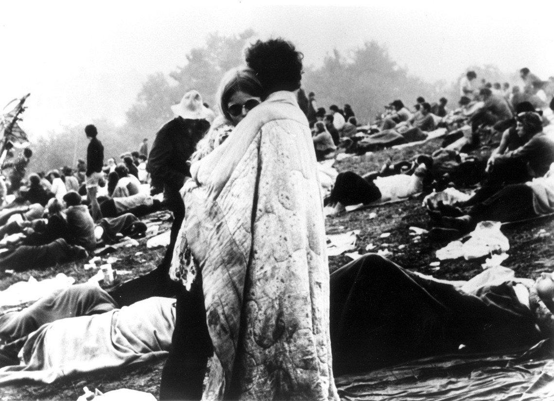 1969胡士托經典的棉被情侶照。1960年代美國正值動盪年代——黑人、同志、性別...