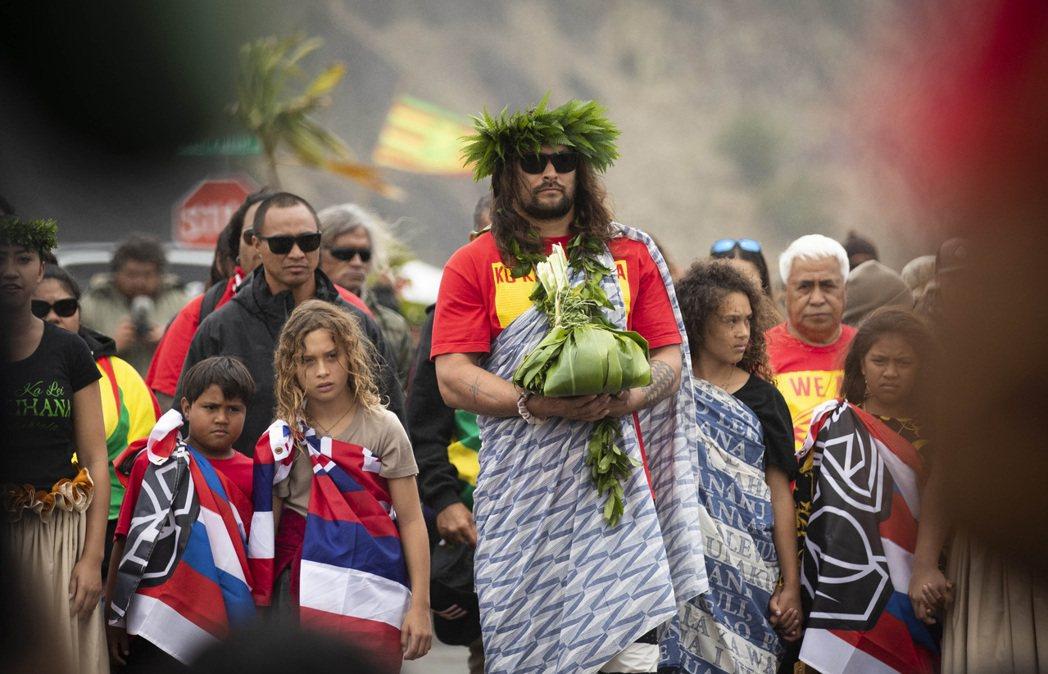 「水行俠」傑森‧摩莫亞獻上祭品,並高喊「我們哪都不去」。 (美聯社)