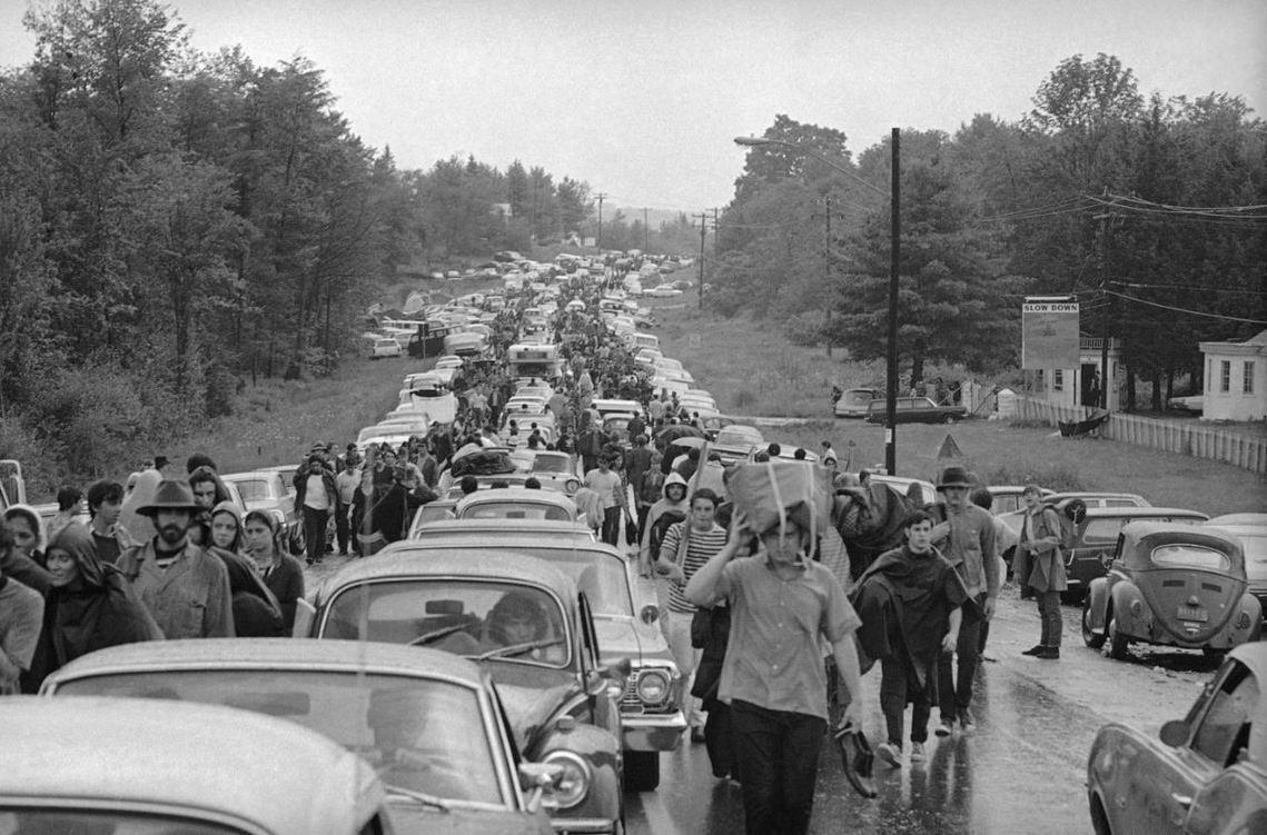 來自全國各地的嬉皮擠爆了鄰近道路交通,許多人甚至得在會場15公里外的遠處先停車,...