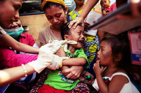 今年二月,麻疹爆發,許多孩童正接踵麻疹疫苗。但因為登革熱疫苗的風波,許多家長不讓...