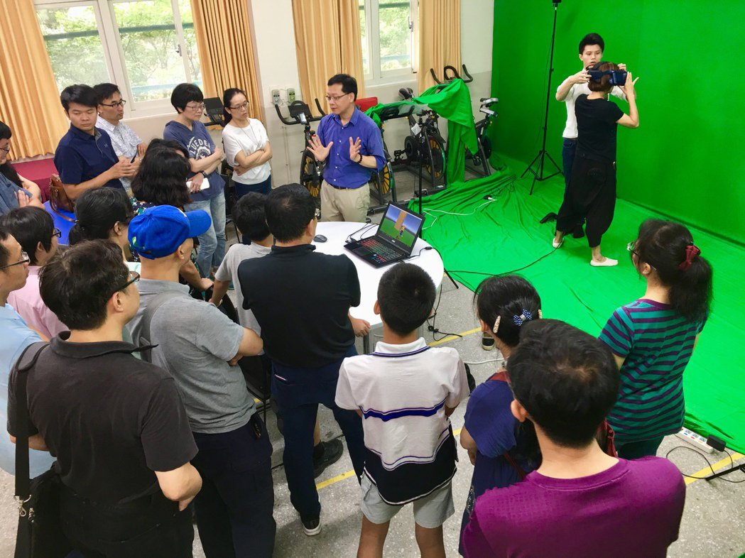 台北市3A教學基地中心暑期也針對教師開設許多資訊領悟的研習課程,展示VR教學。記...