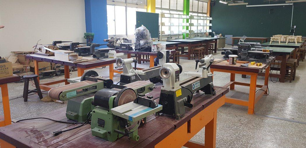 台南南區新興國中的生活科技教室是利用過去的工藝教室,把一度塵封的教室給活化起來。...