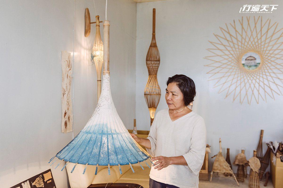 小心翼翼地展示自己的作品,纖維藝術創作讓陳淑燕找到安心感