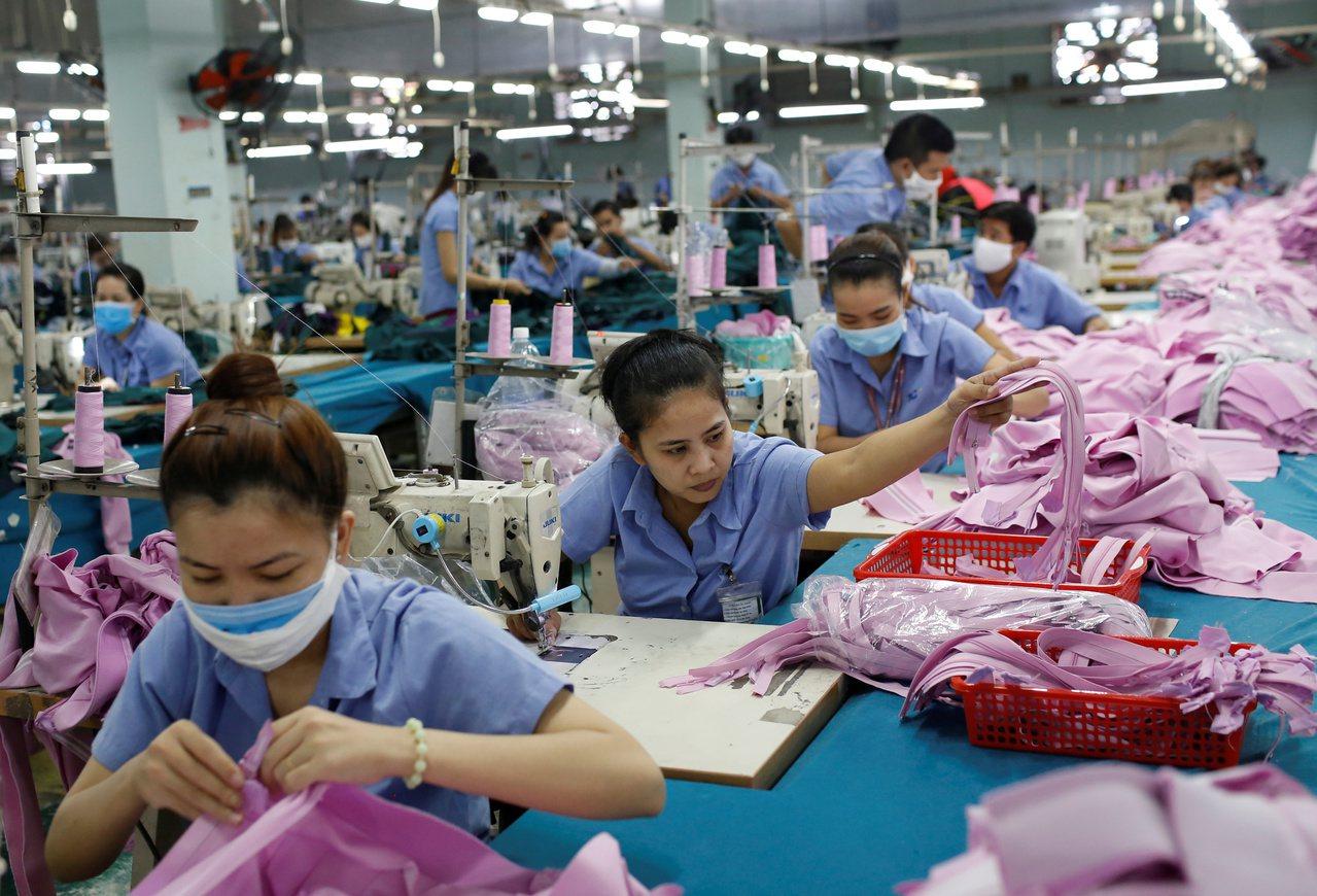 美國總統川普宣稱關稅能使製造業回流美國,但效果遠遠不如預期。圖為越南成衣廠。路透