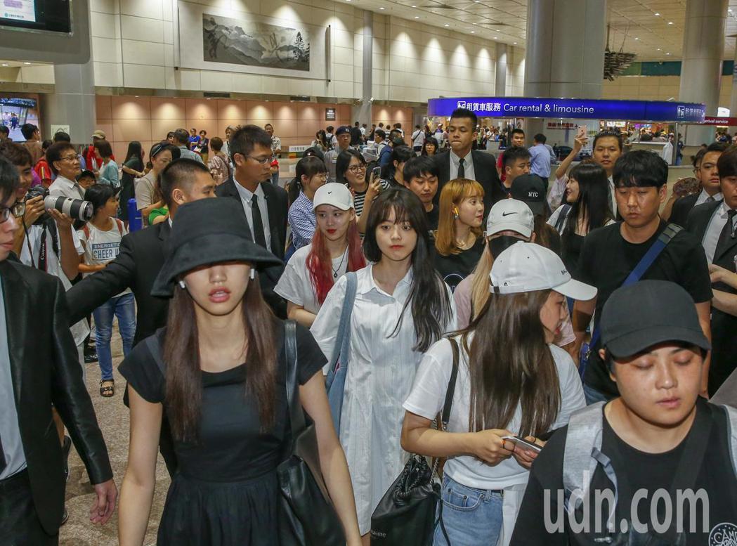 韓國女團Weki Meki中午抵台,入境大廳一聽到有許多粉絲迎接。記者鄭超文/攝...