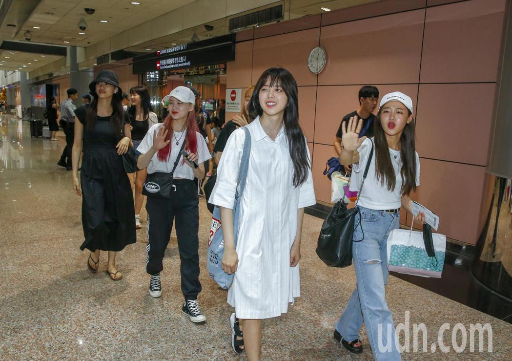 韓國女團Weki Meki中午抵台,8位團員走到入境大廳,一聽到粉絲尖叫,8人不...