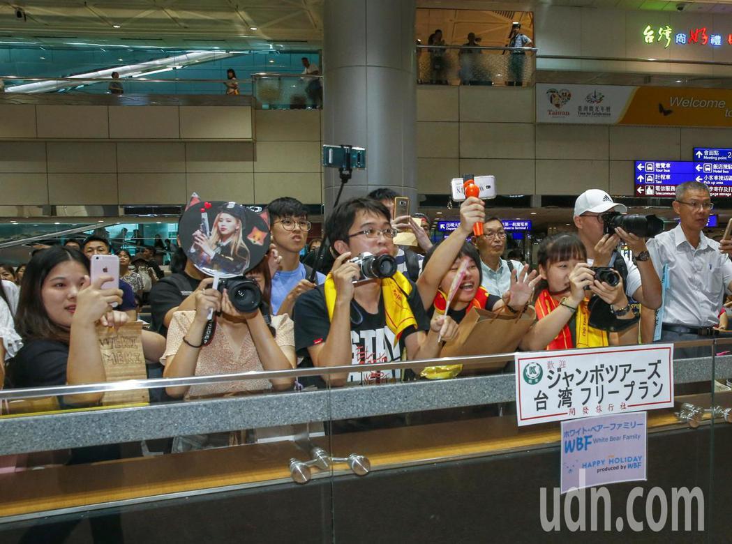 韓國女團Weki Meki中午抵台,入境大廳的粉絲尖叫迎接。記者鄭超文/攝影