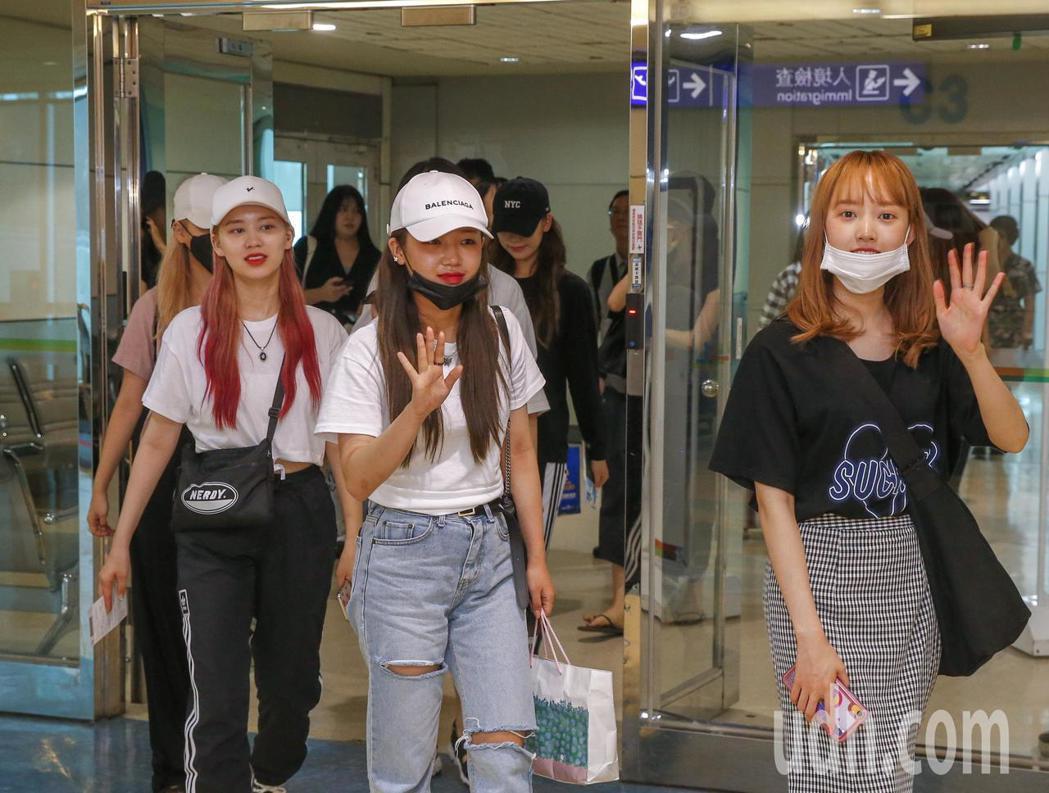 韓國女團Weki Meki中午抵台,8位團員面露笑容下飛機。記者鄭超文/攝影
