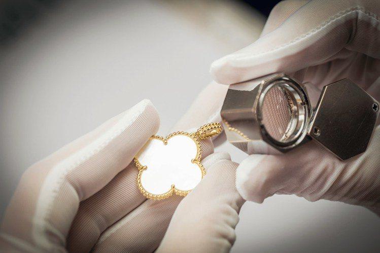 Alhambra作品須經多到手工工序製作。圖/梵克雅寶提供