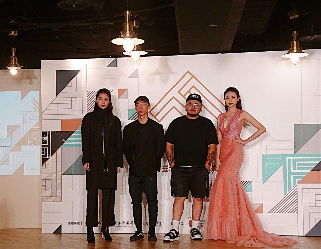 去年金獎設計師柯瑋倫(左二)和知名服設計師簡國彥(右二)為今天活動站台。記者鍾采...