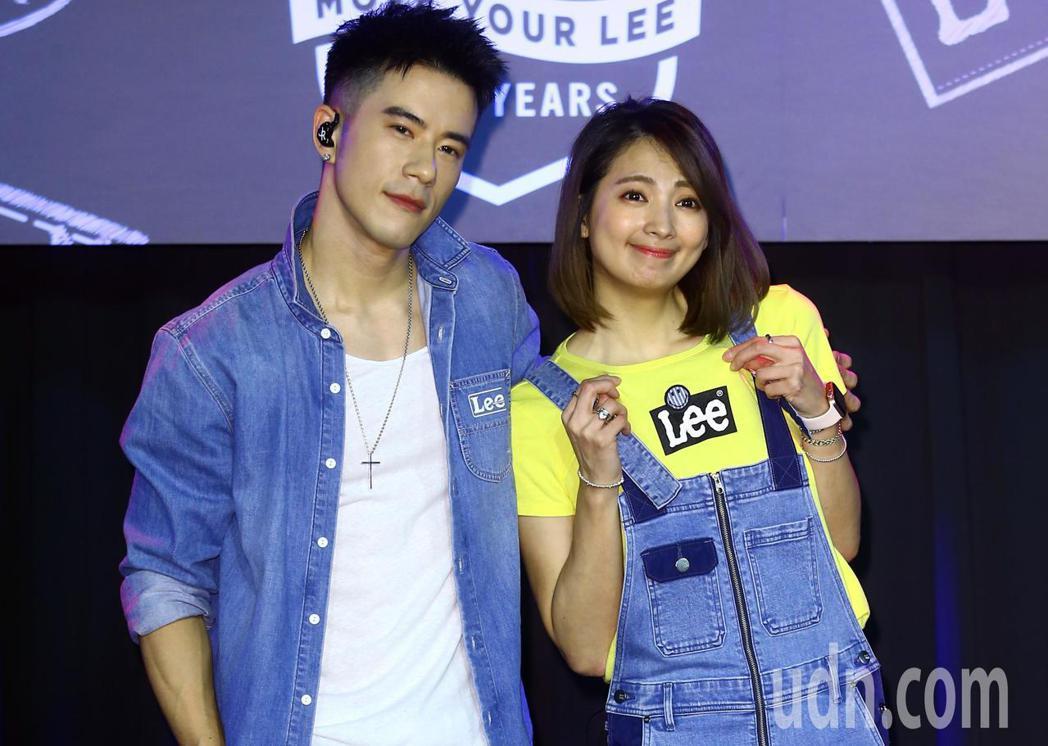 藝人阿喜(右)和JR紀言愷(左)兩人下午一同擔任牛仔褲品牌代言人,為新裝宣傳。記...
