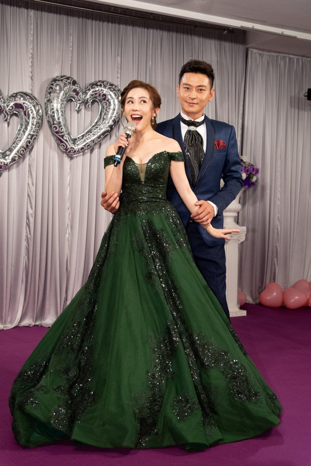 王宇婕(左)在「炮仔聲」中嫁給陳冠霖。圖/三立提供